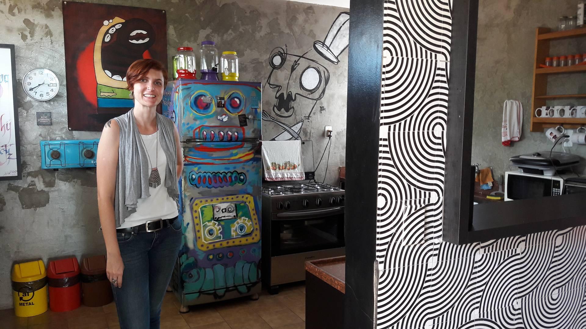 Paula na cozinha um dos incríveis ambientes da centopeia Goiânia