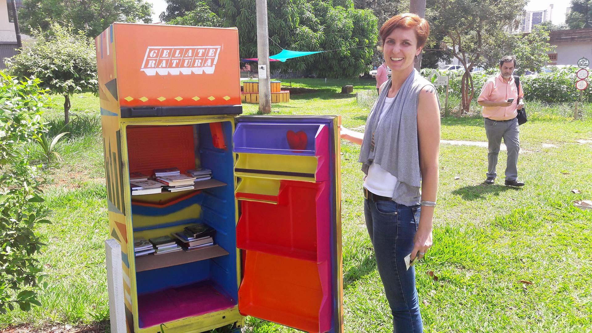 Do lado de fora, uma geladeira cultural com livros para emprestar e doar