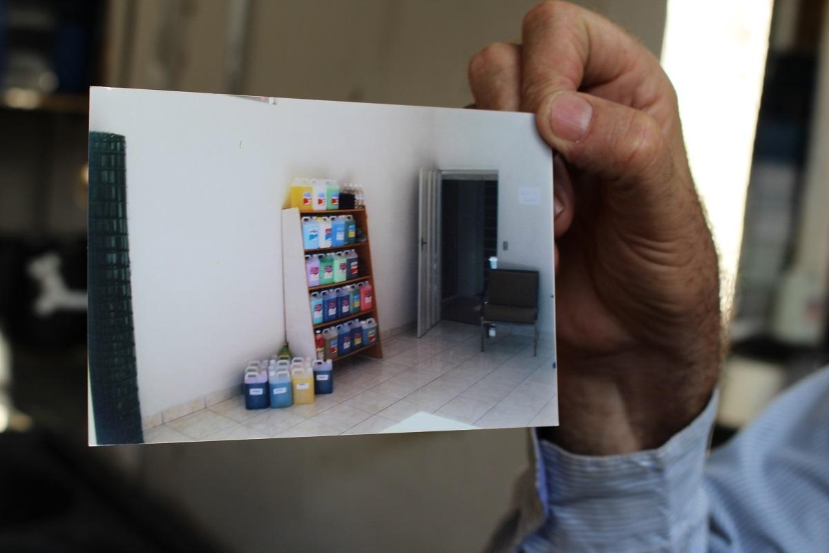 Com muito orgulho o proprietario da empresa mostrou uma foto da loja quando ela foi inaugurada