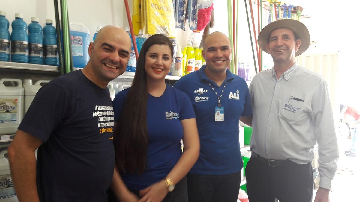 Em visita técnica, Leandro Branquinho, Alysson e os proprietários da Brilhax