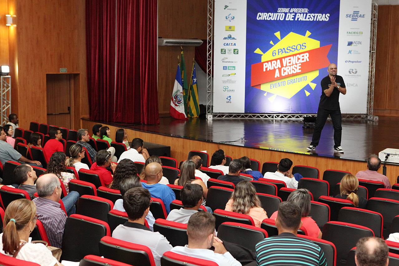 O palestrante Leandro Branquinho no palco - Fotógrafo: Edmar Wellington