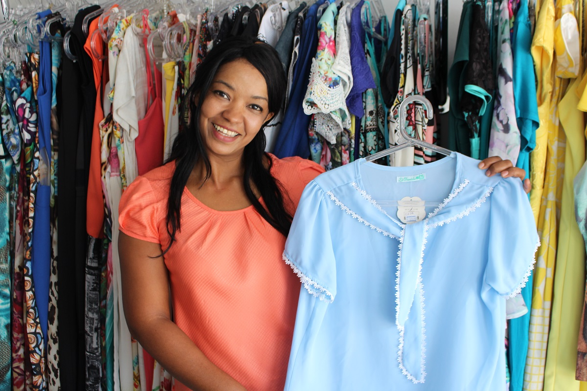 Vendedora em loja de roupas que faz questão de falar da qualidade dos produtos que vende