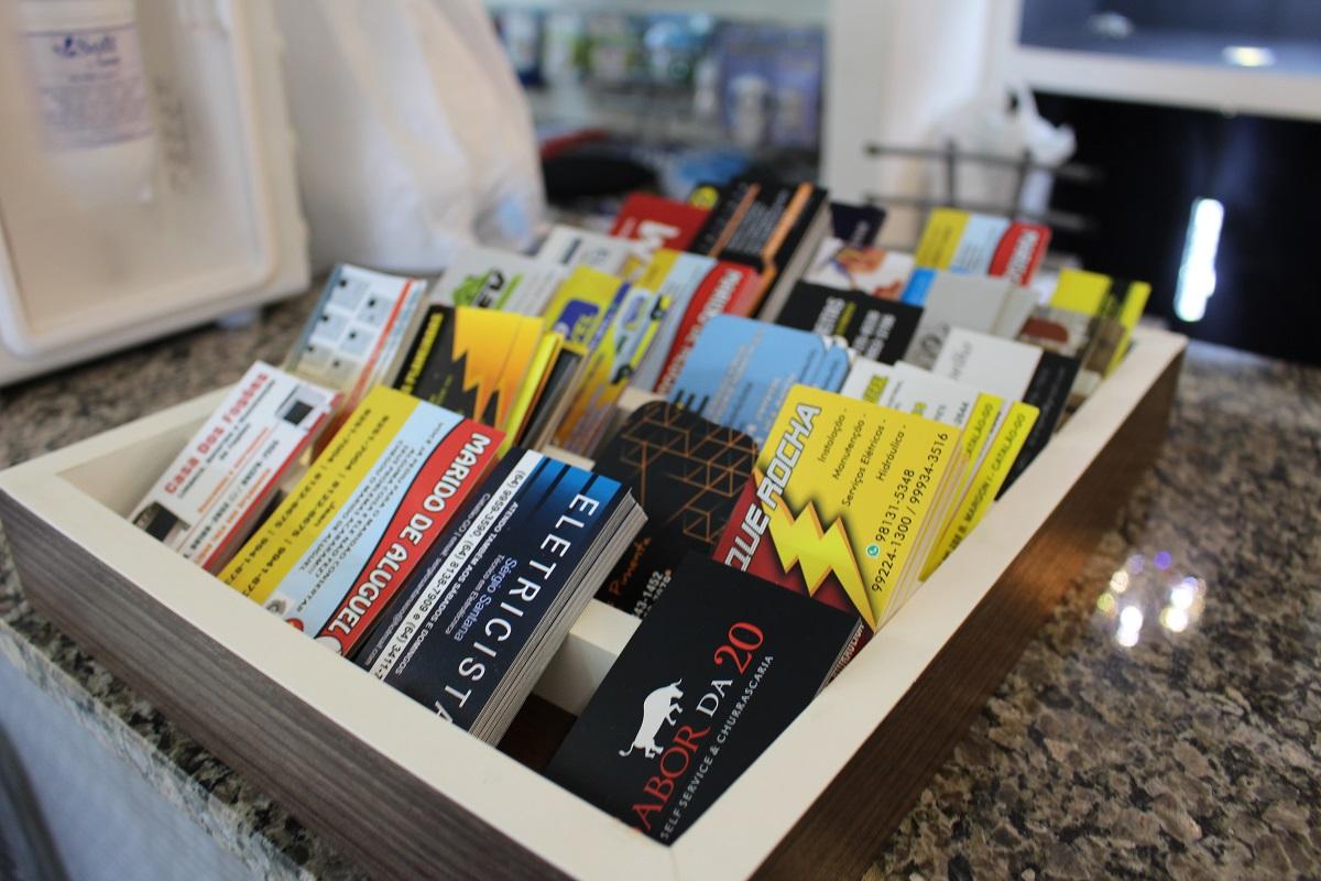 Caixinha de madeira para cartões de visitas de profissionais parceiros