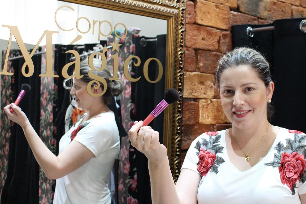 Maquiagem e penteado para as clientes da loja Sonho Mágico